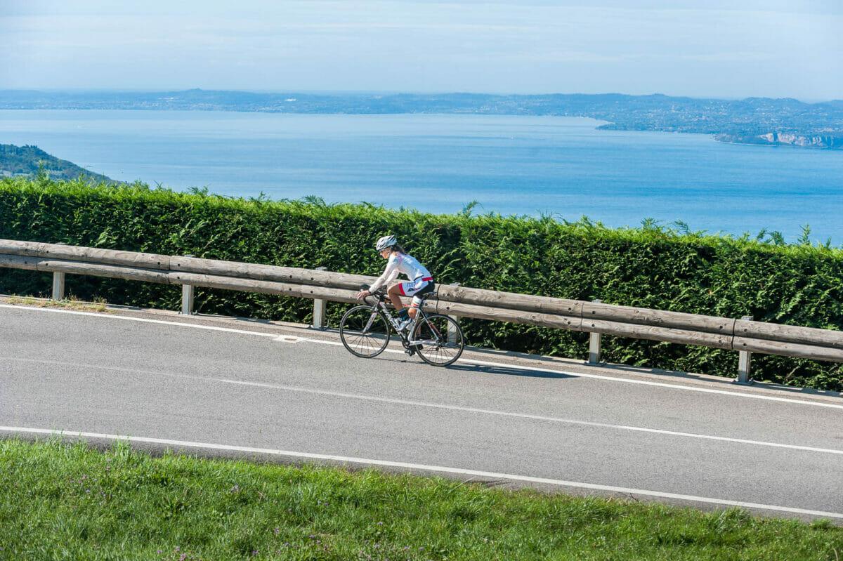 bici da corsa al lago di garda