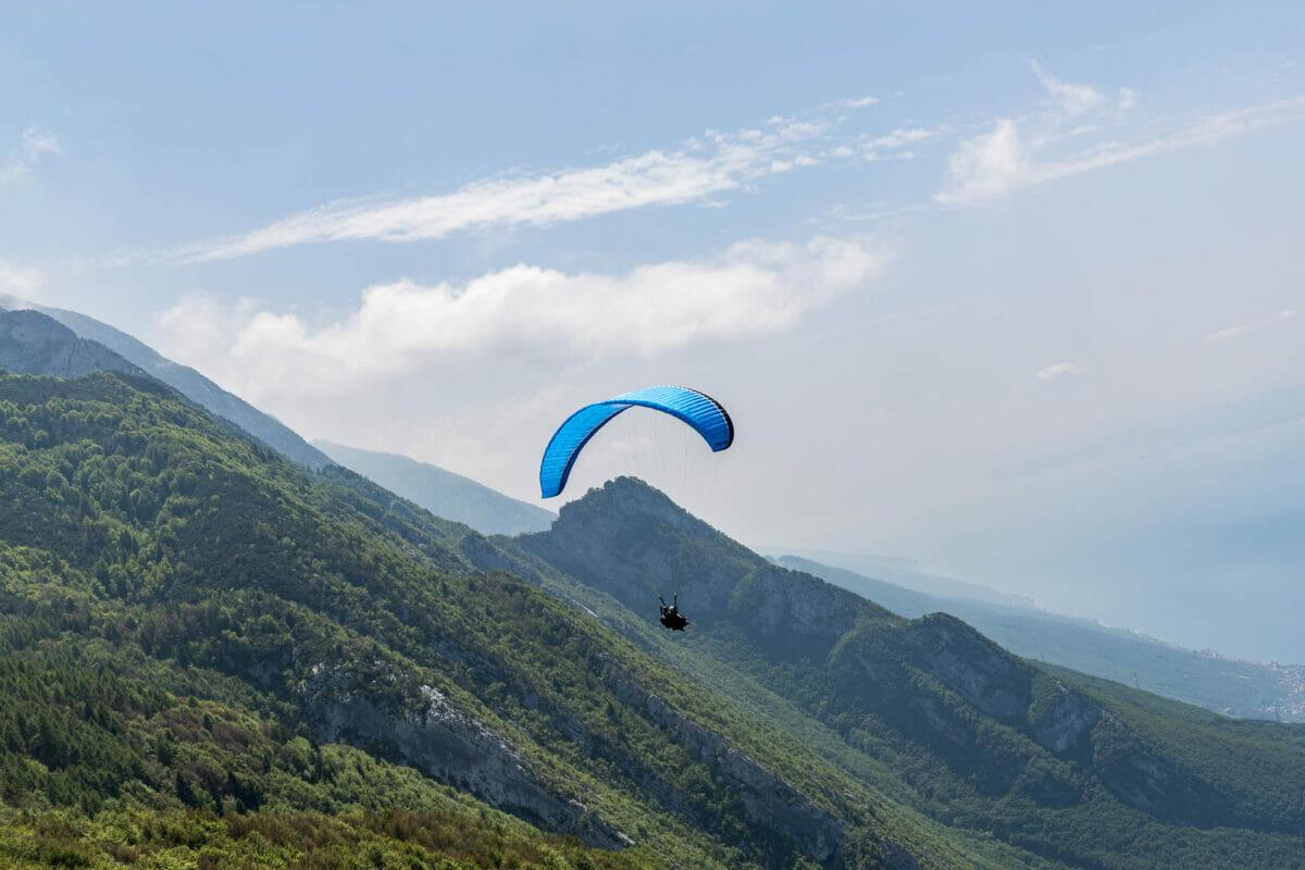 parapendio in volo sul monte baldo