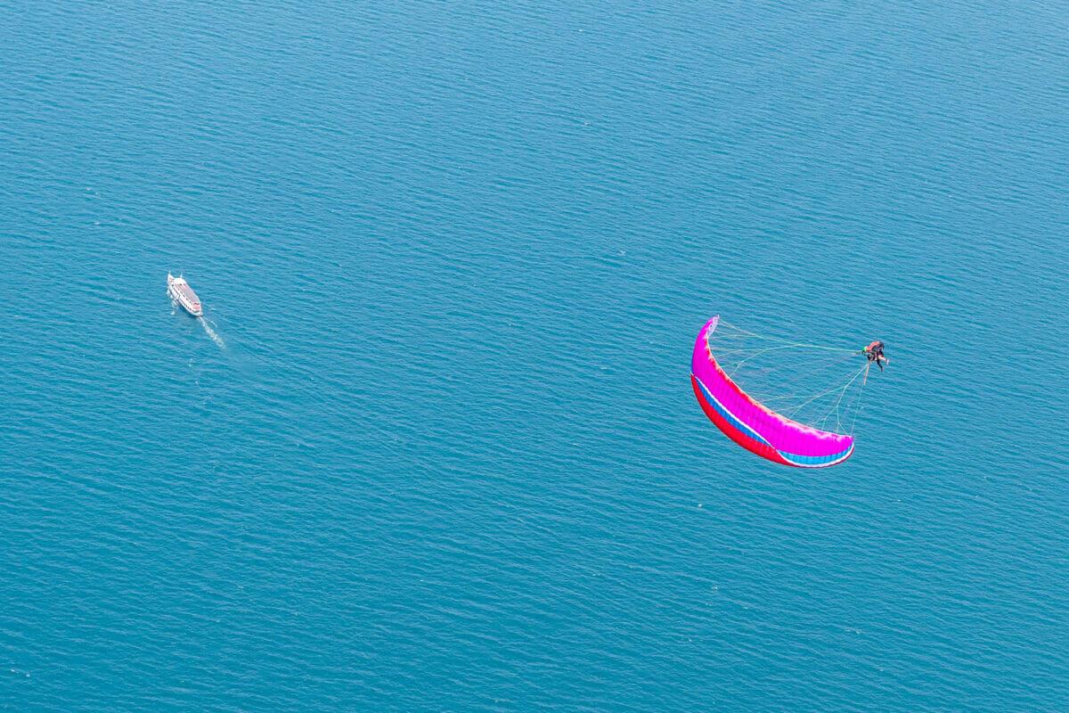 parapendio in volo sul lago