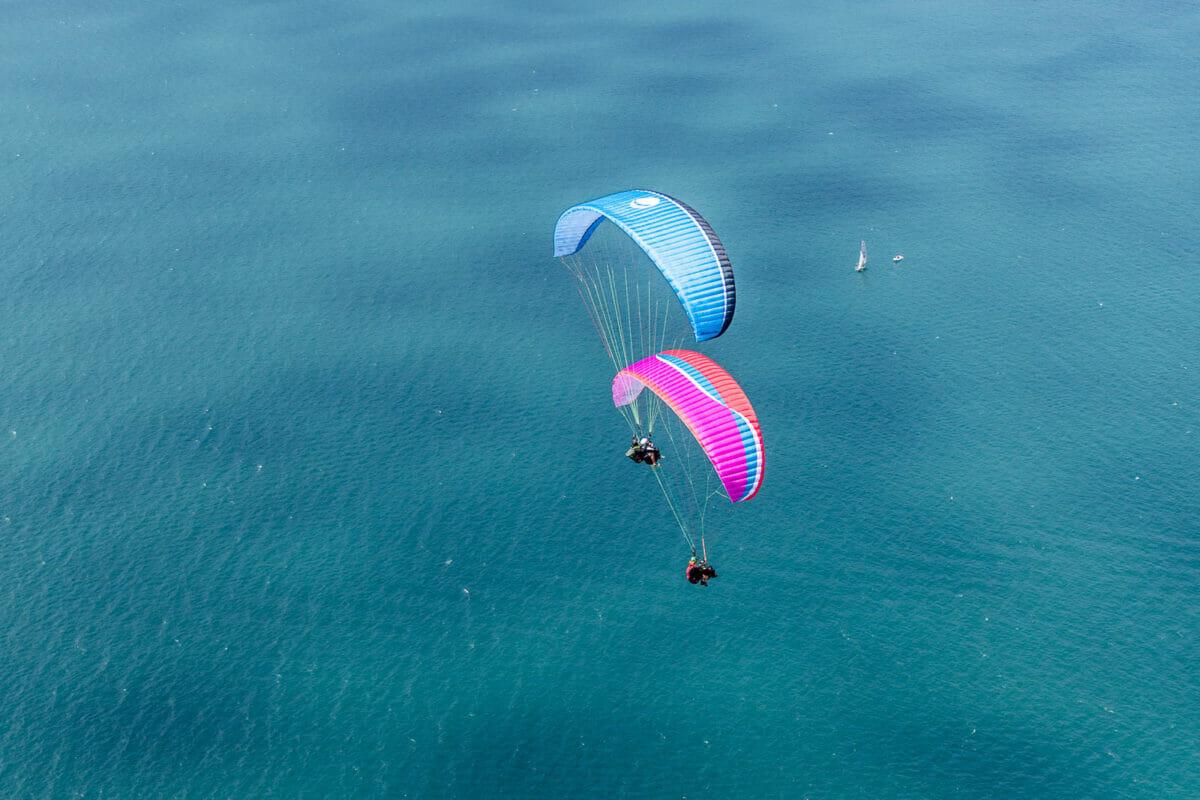 due parapendii in volo sopra l'acqua del garda