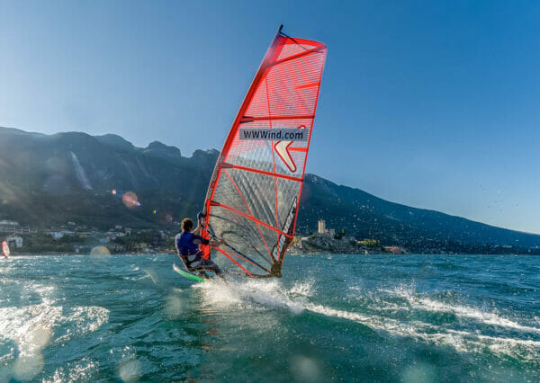 windsurf a malcesine con vento da nord