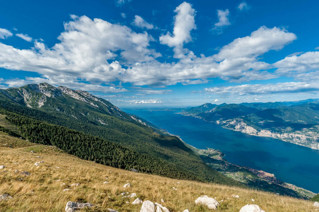 Vista sul Lago di Garda vicino alla stazione a monte della funivia