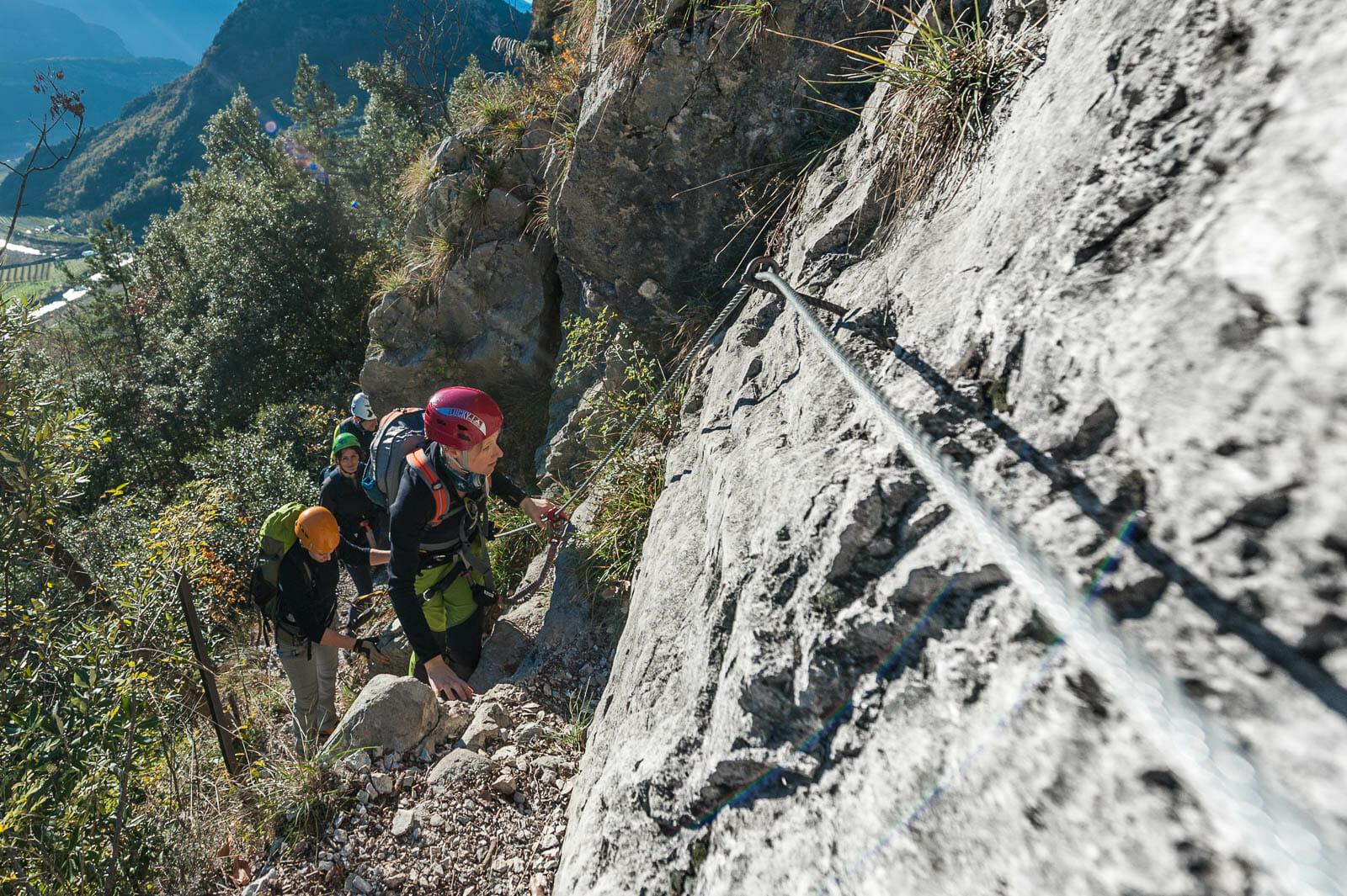 Freunde auf dem klettersteig sentiero degli scaloni