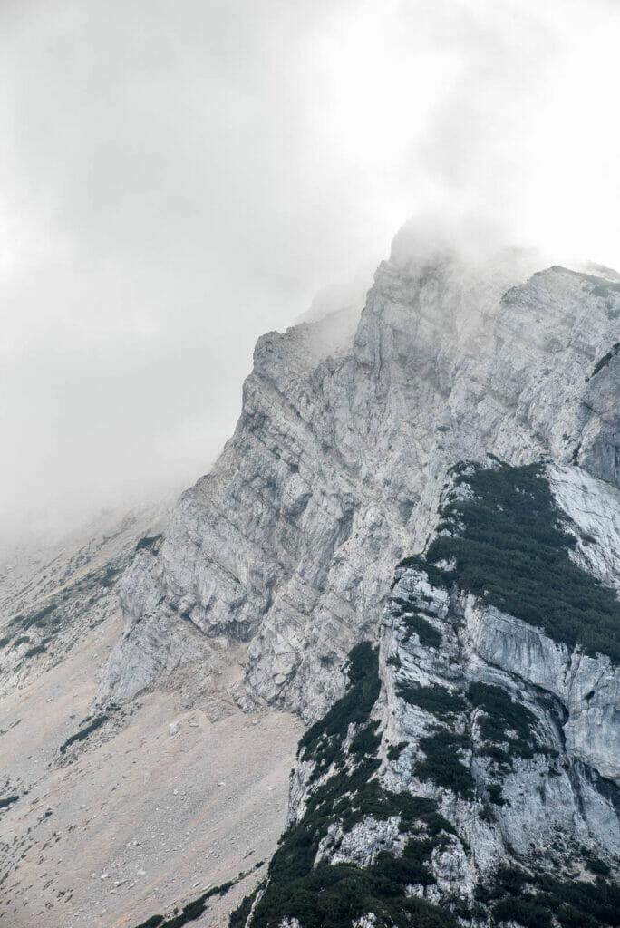 dettaglio della roccia del baldo con la nebbia