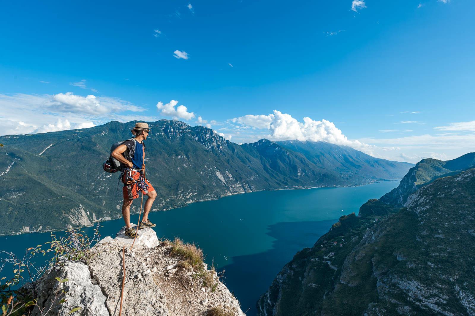 bergführer am pamoramapunkt von cima capi