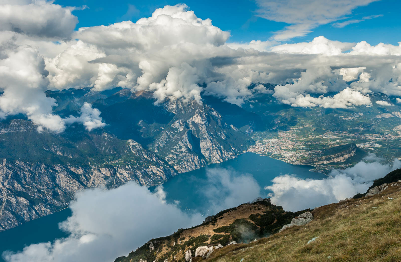 vista lago dal monte altissimo in autunno