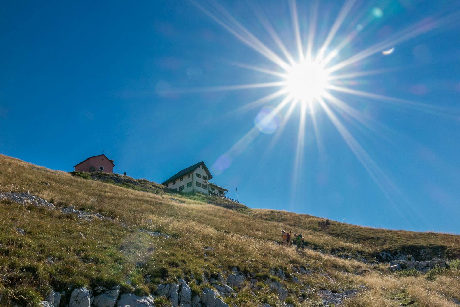 rifugio telegrafo con trekkers e sole