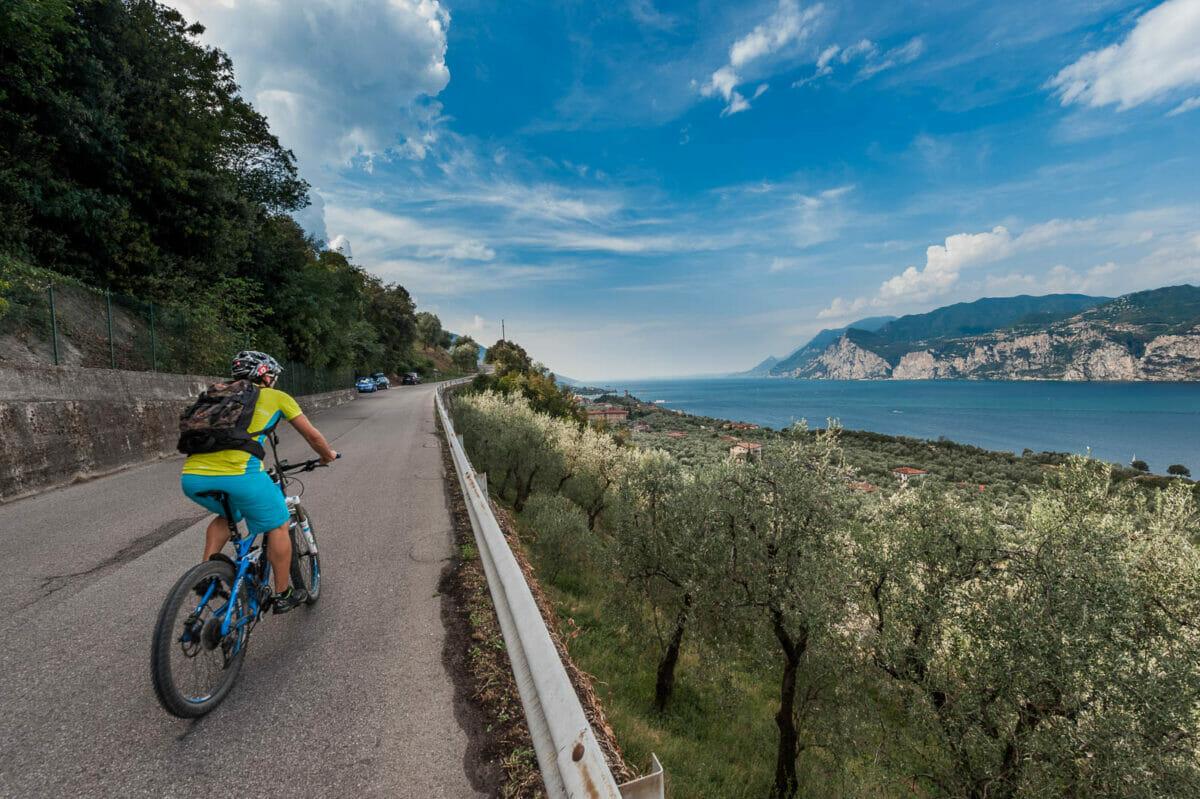 via panoramica di malcesine in bici