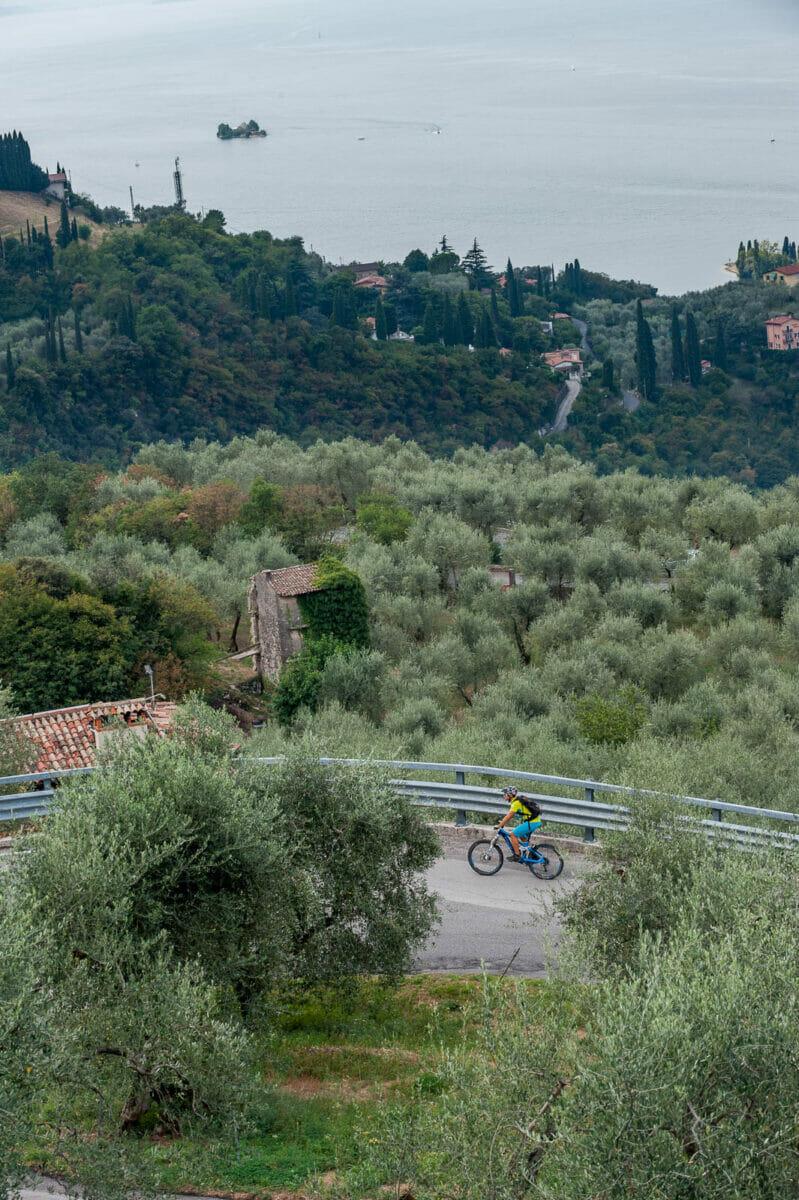 Tornante sulla via panoramica in bici
