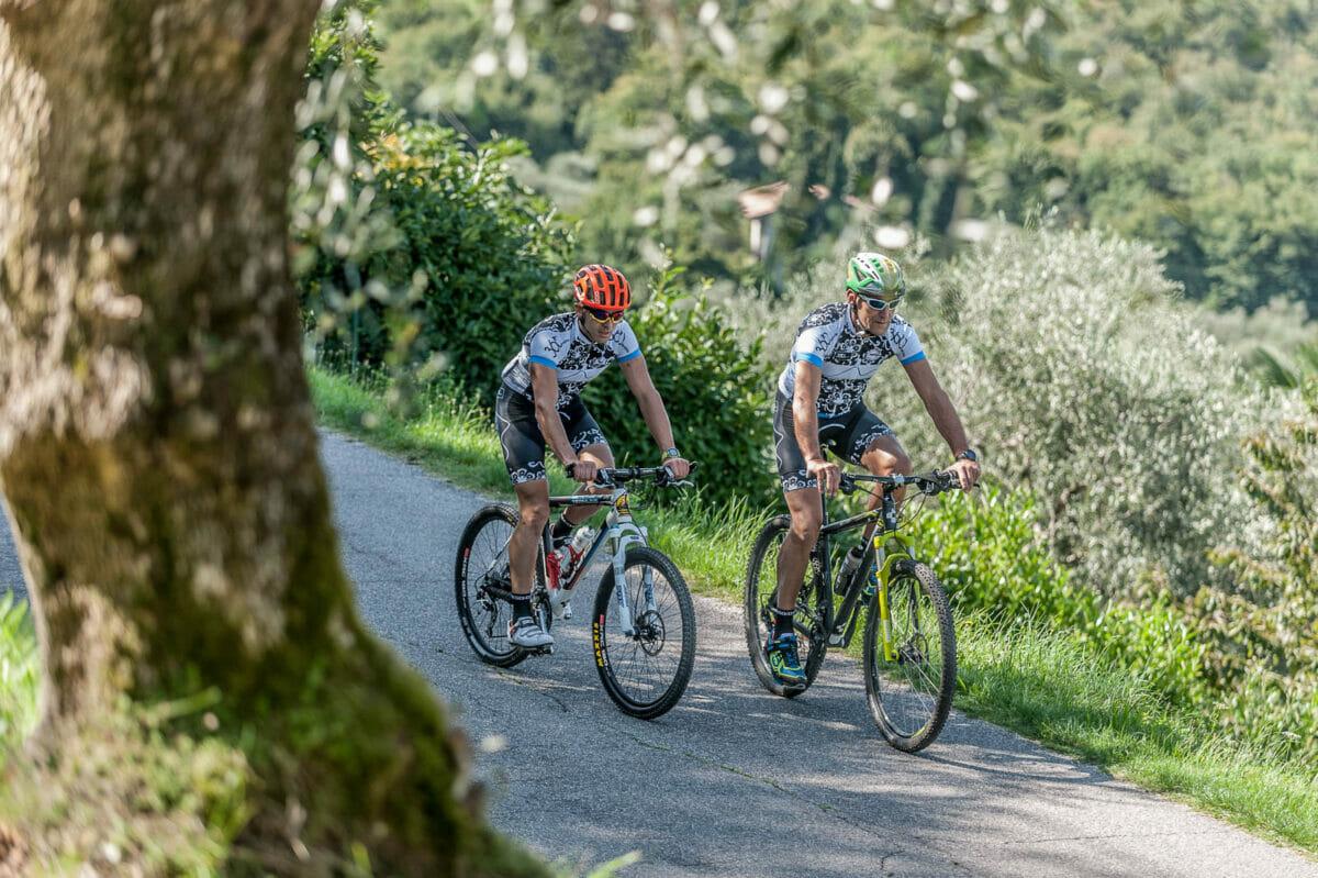 in bici sulla via panoramica di malcesine