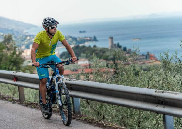 vista su malcesine in bici dalla via panoramica