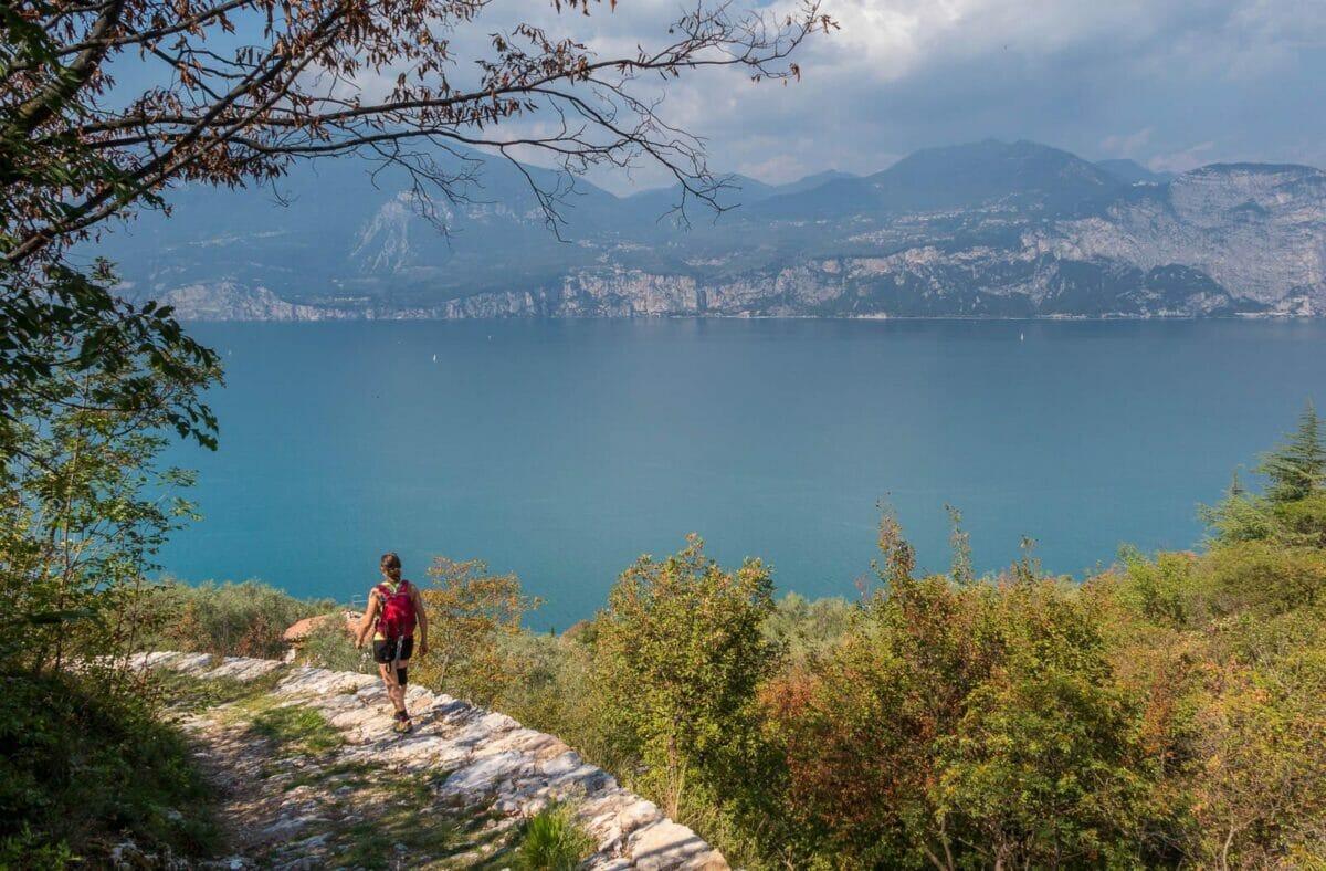 discesa su mulattiera vista lago