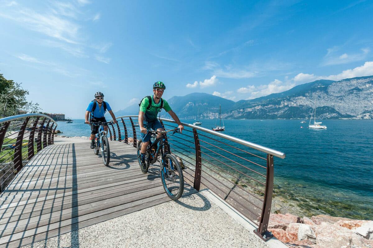 in bici sulla pista ciclabile a brenzone