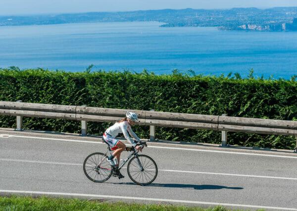 bici da corsa a san zeno vista lago