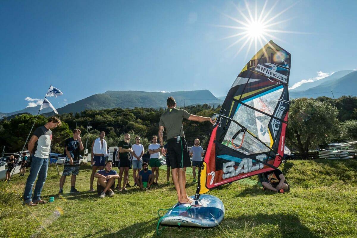 istruttore di windsurf al simulatore