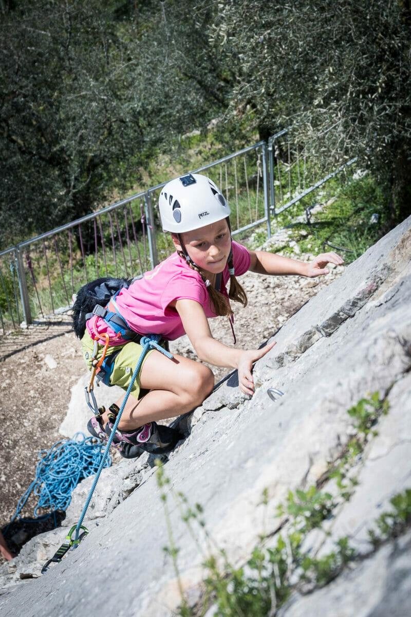 bambina al corso di arrampicata