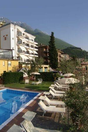 hotel capri con piscina e giardino