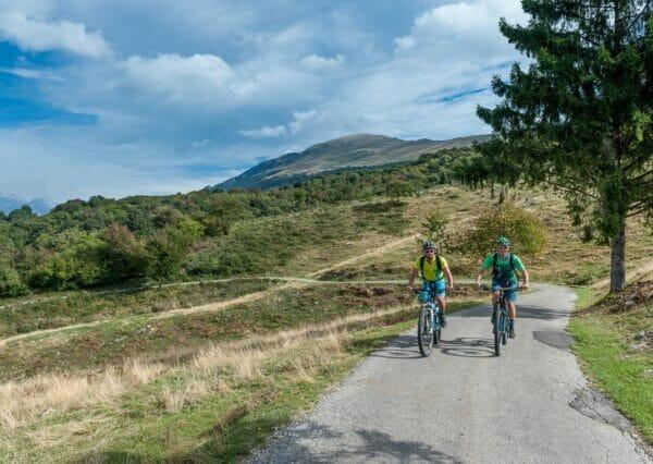 Aufstieg Teerstrasse mit dem Fahrrad