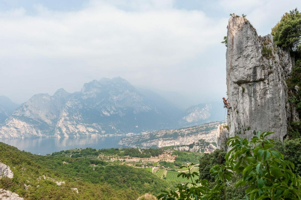 wall with view over torbole