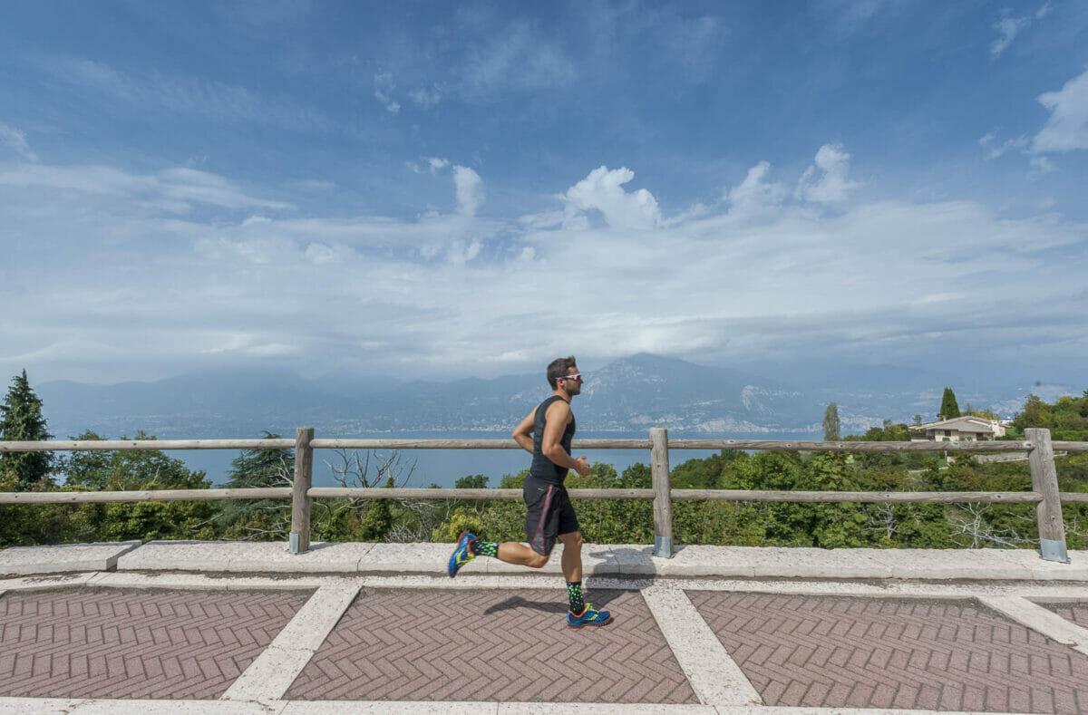 runner con panoramica sul lago