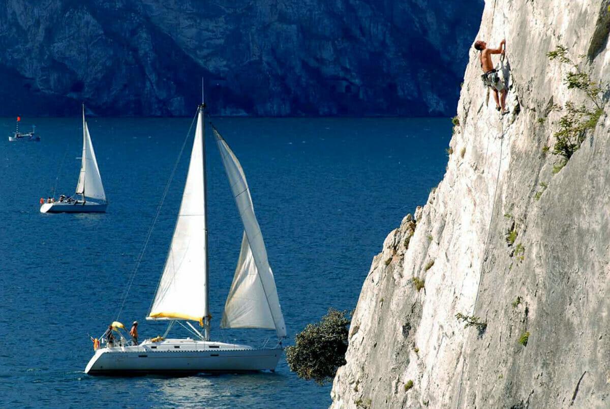 placca verticale sul lago con barca