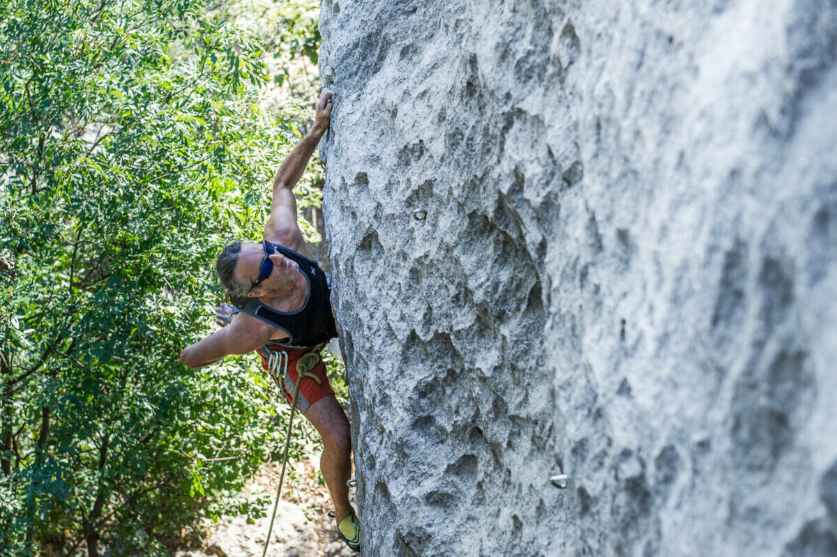 scalatore con occhiali al belvedere