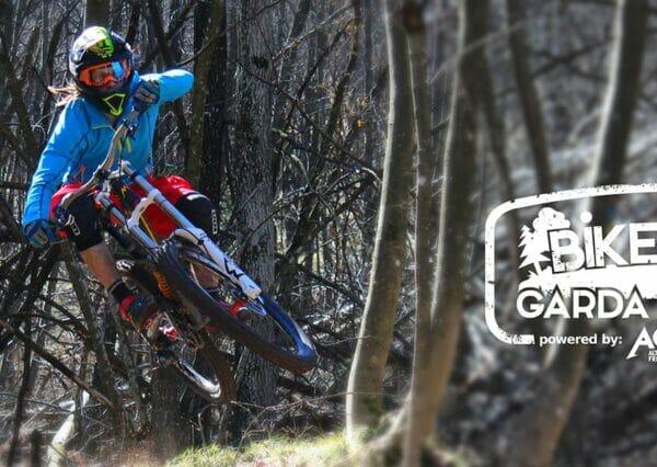 salto in bici tra gli alberi