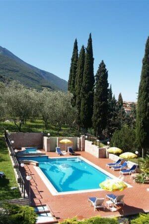villa lara piscina di giorno con vista sul castello