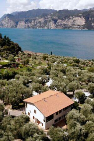 camping lombardi dall'alto con lago