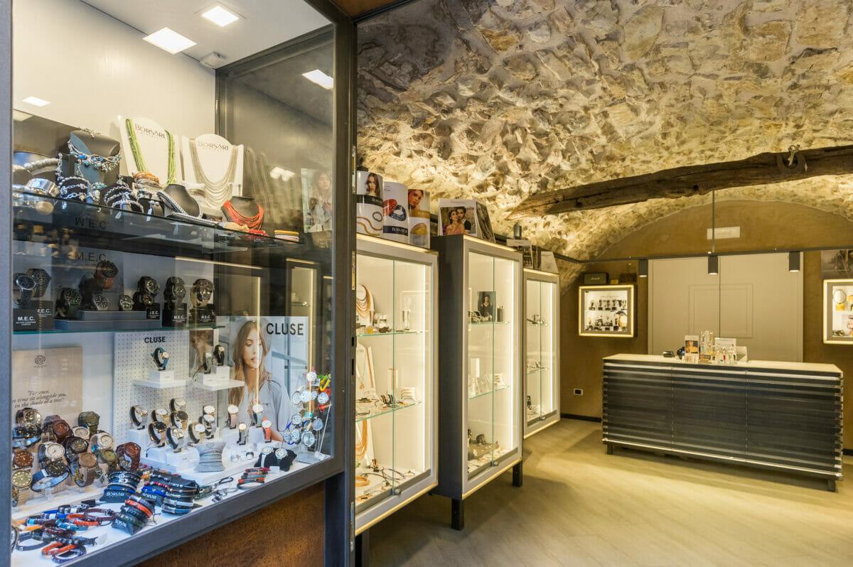oreficeria zanetti windows shop in the inside on the leftt
