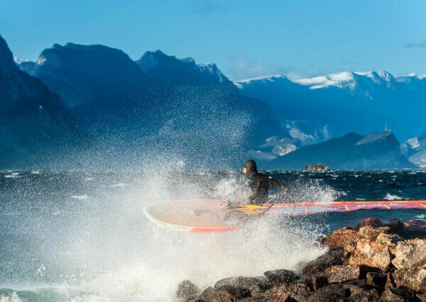 partenza col windsurf dalla spiaggia