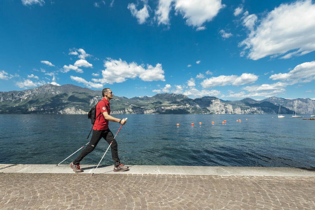 nordic walker sul lago