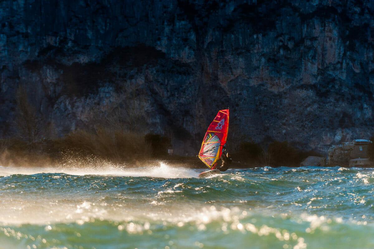 fabio calò doing windsurf between the waves