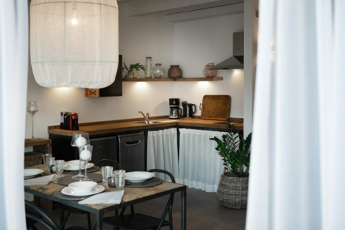 sunset residence cucina con tavolo