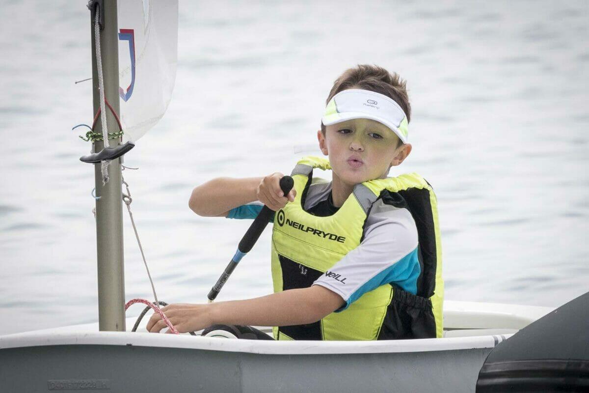 kind auf segelboot