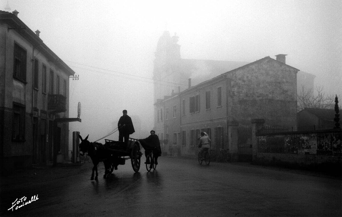 carretto in paese con nebbia