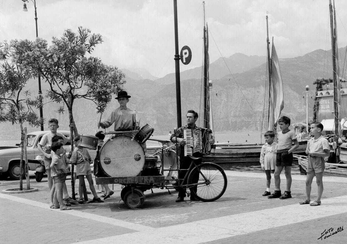 musical band playing in malcesine's square