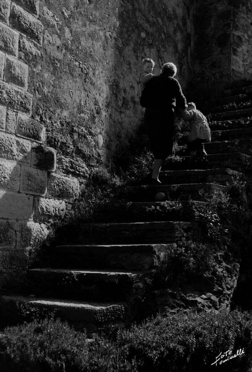 anziana e bambini sulle scale